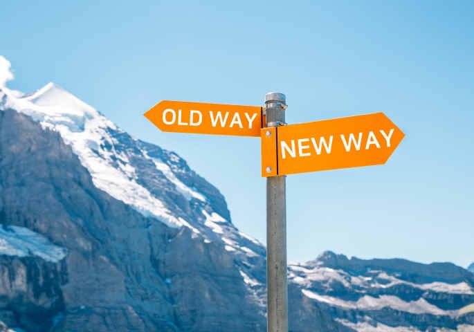 Old und New way Schilder weißen zu hohen und kleinen Bergen