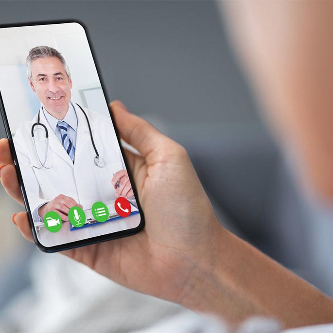 Person Videotelefoniert mit Arzt.