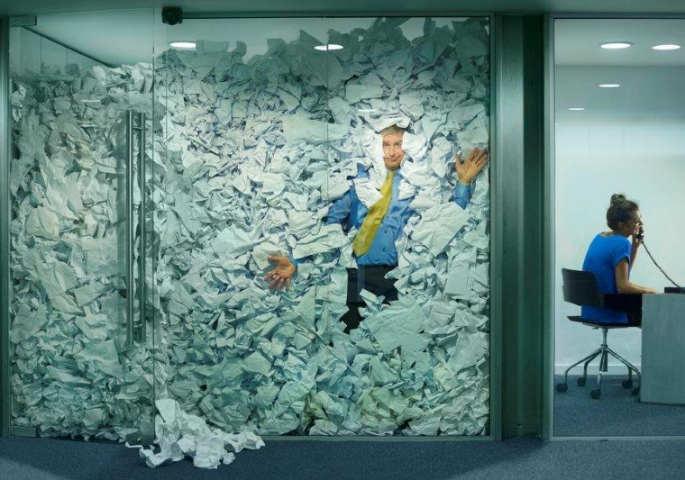 Mann in Glas-Büro erstickt in Papierflut