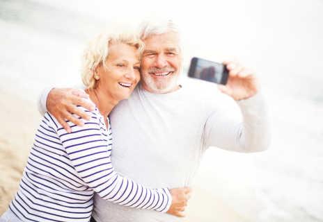Älteres Paar macht zusammen ein Selfie