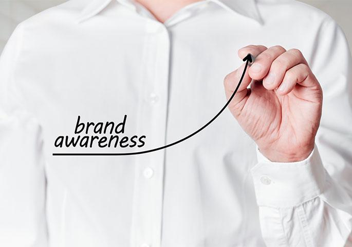 Business person schreibt brand awareness