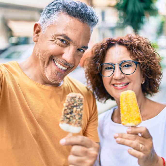 Paar im mittleren Alter macht Selfie mit Eis am Stiel