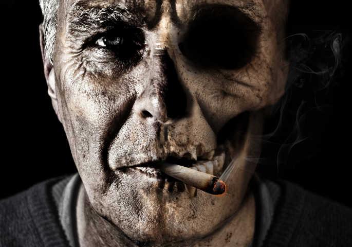 Düsteres Gesicht von rauchendem alten Mann