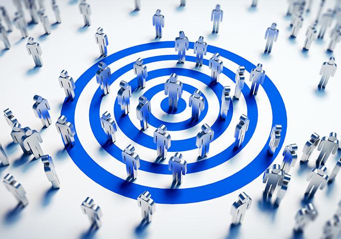 Blaue Zielscheibe auf dem Boden mit drauf stehenden Menschensymbolen